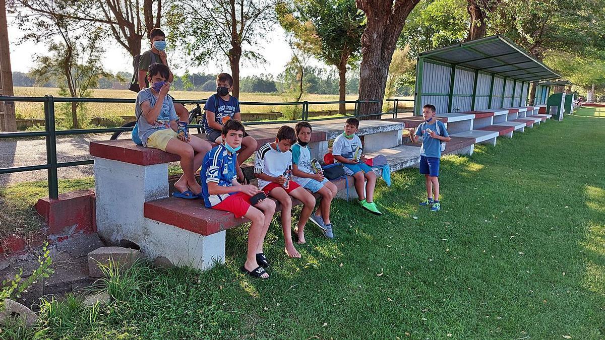 Un grupo de chicos en el campo de fútbol de Santa Croya de Tera. | C. G. R.