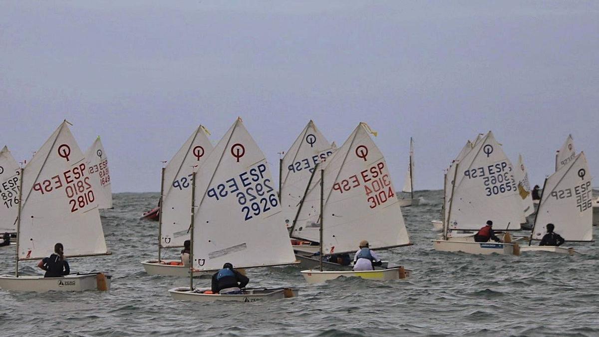 Las embarcaciones en el agua, a la espera de la decisión de los jueces. |  // L.O.