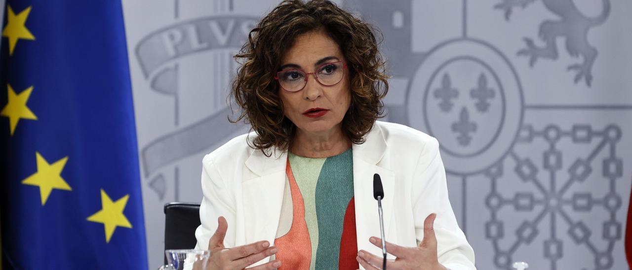 Montero se resiste a desbloquear los 405 millones de la deuda de carreteras