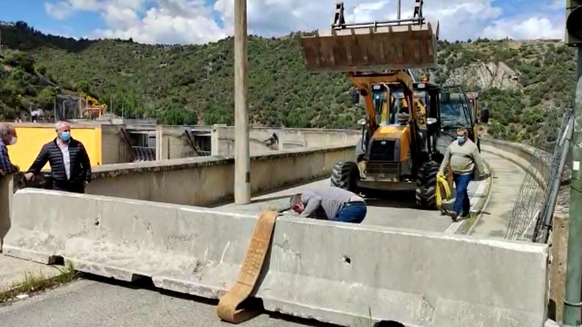 Retirada del bloque de hormigón en la frontera entre Fermoselle y Bemposta