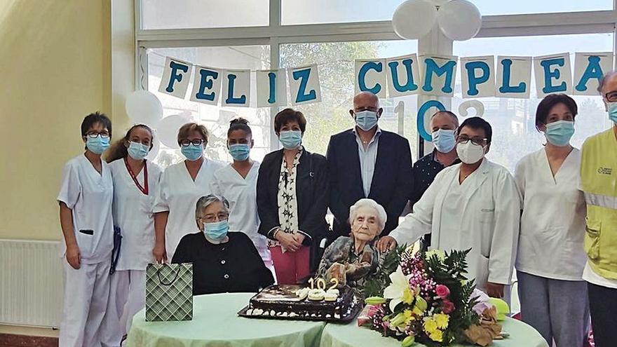 Festejan los 102 años de Genoveva, en la residencia del Mundil