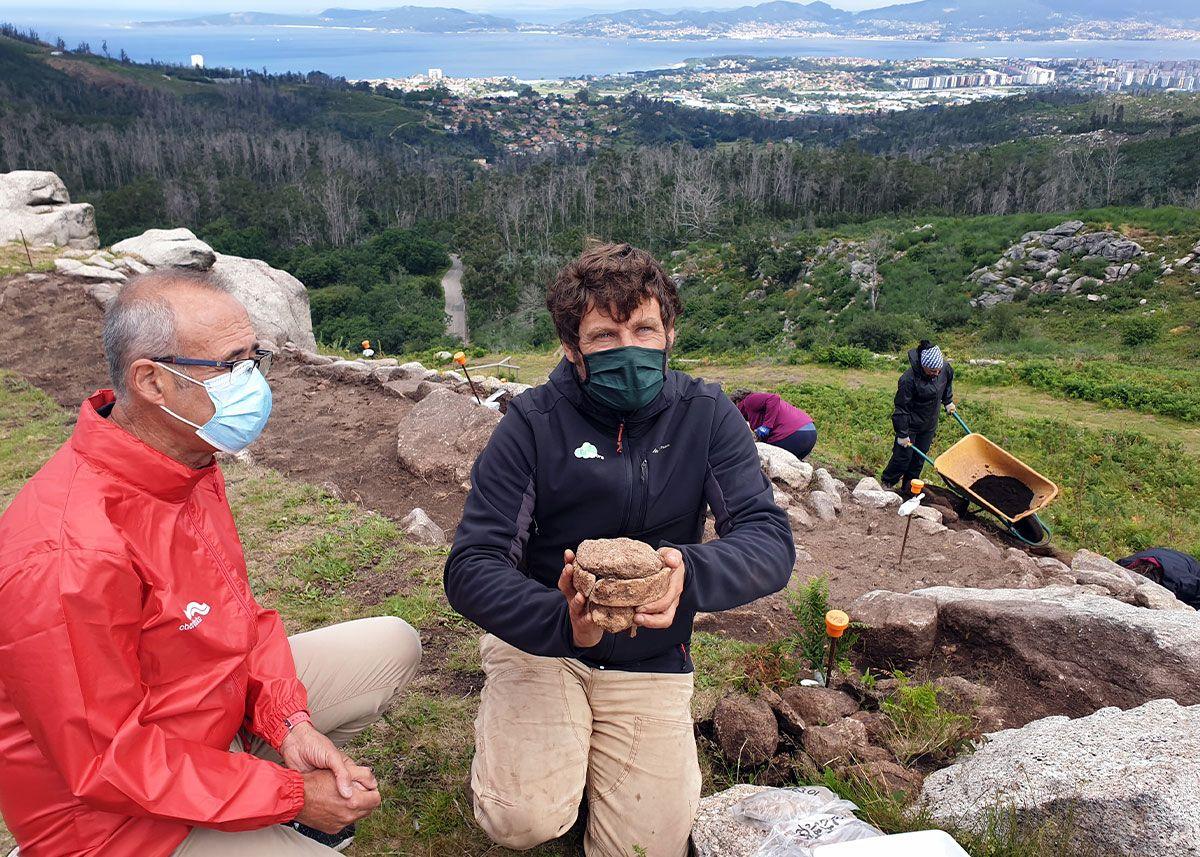 El arqueólogo Darío Peña y el resto del equipo de la excavación de O Castro
