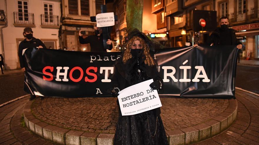 El 'entierro de la hostelería' cierra el Entroido de 2021 en A Coruña