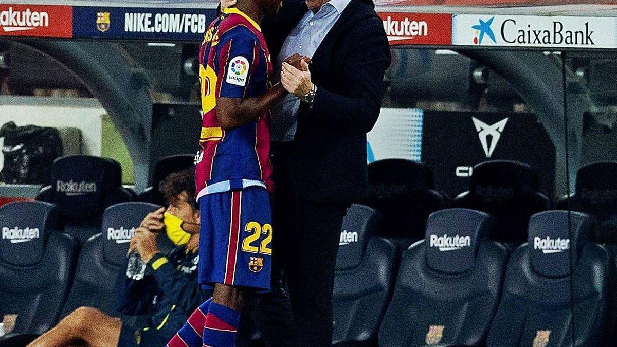 Koeman felicita a Ansu Fati tras sustituirlo.