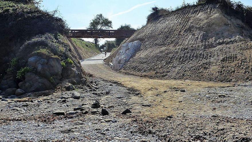 El acceso a la playa de Bastiagueiriño registra desprendimientos y erosiona el arenal