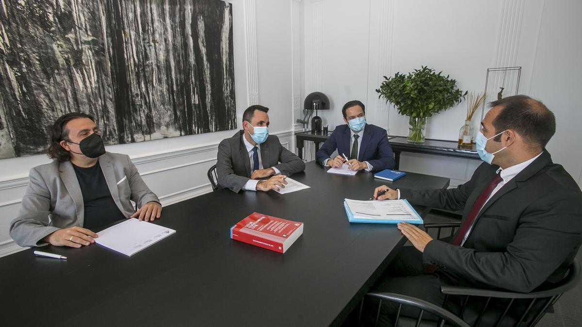 David Devesa (centro), con varios miembros del despacho.