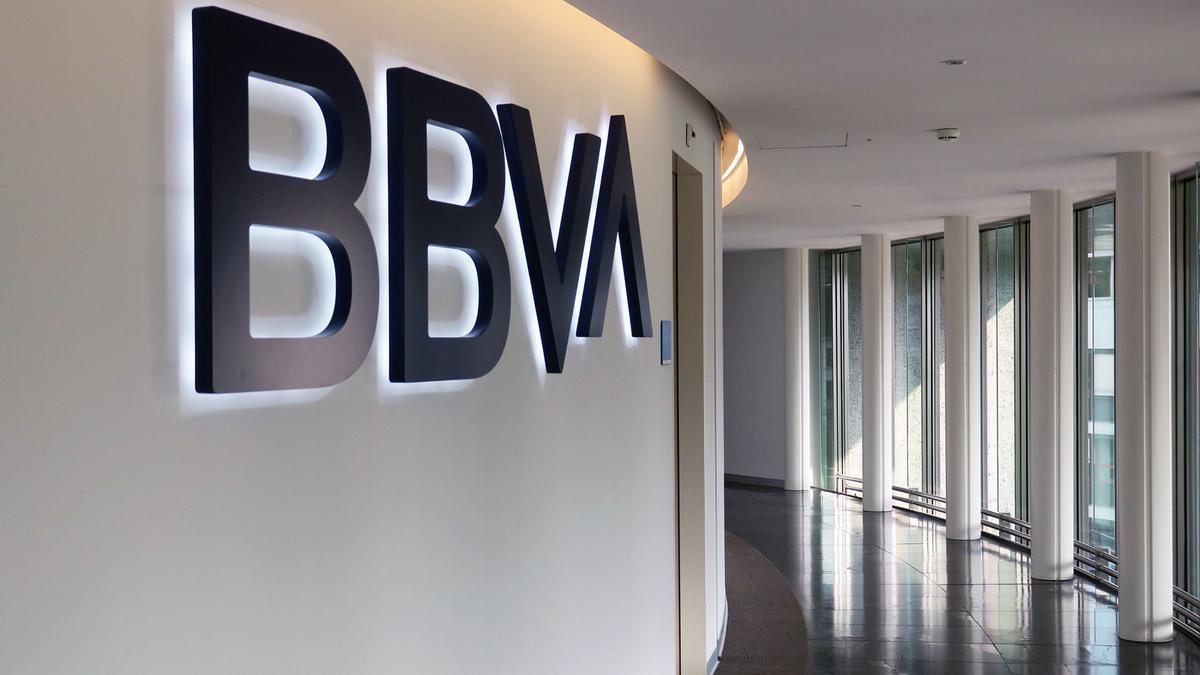 Imagen corporativa del BBVA en unas oficinas centrales del banco. / FdV