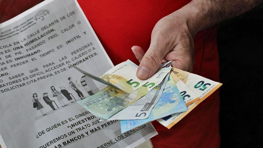 Malestar entre la gent gran de l'Alt Empordà per la «dificultat» de fer tràmits al banc