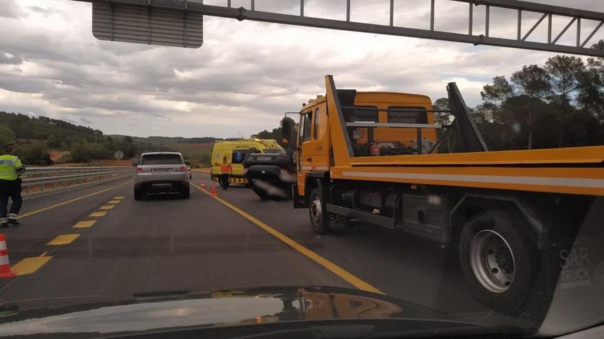 Un vehicle bolca a la zona d'obres de la N-II entre Vilademuls i Orriols