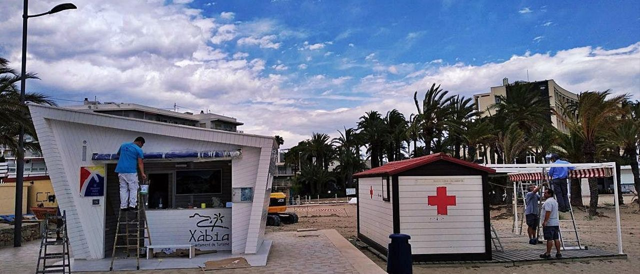Socorristas en bicicleta y más vigilancia en Xàbia para evitar aglomeraciones en las playas