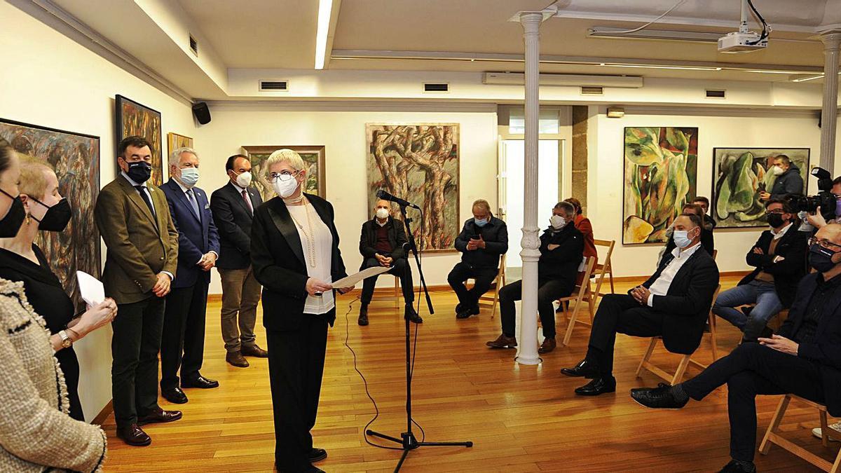 María Espinosa, a viuva de Alfonso Sucasas, durante a súa intervención na apertura da mostra.   | // BERNABÉ/JAVIER LALÍN