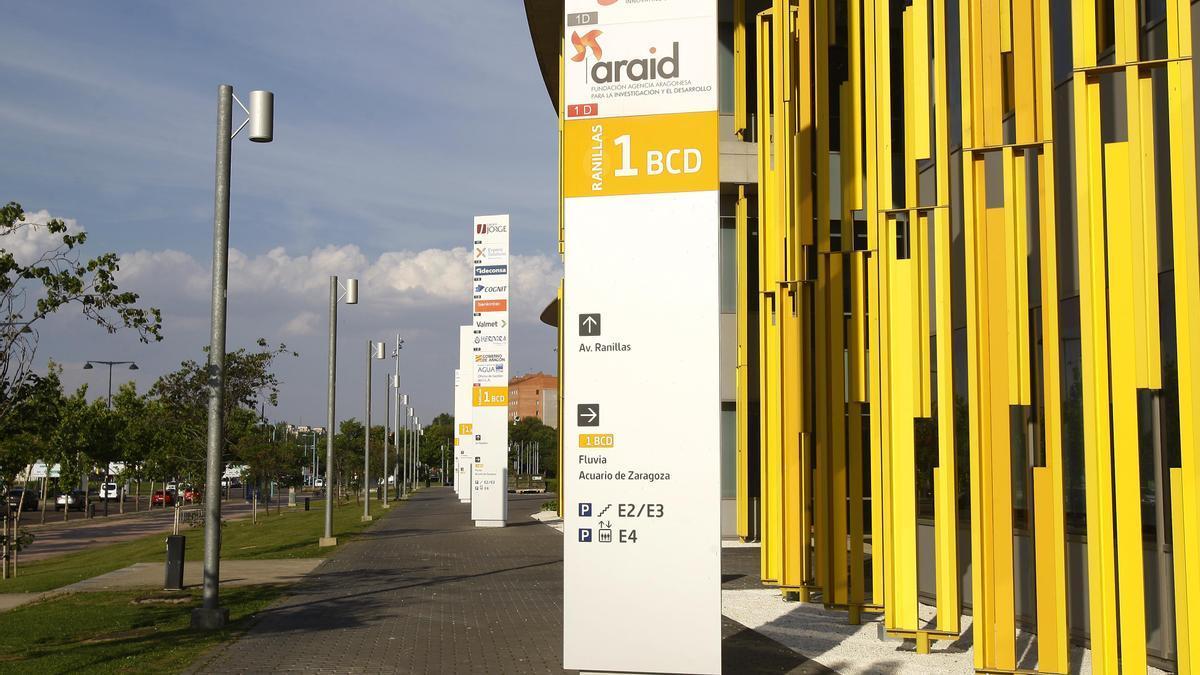 El Centro Empresarial de Aragón, con sede en uno de los 'cacahuetes' de la Expo, con los postes que señalan la ubicación de las empresas.
