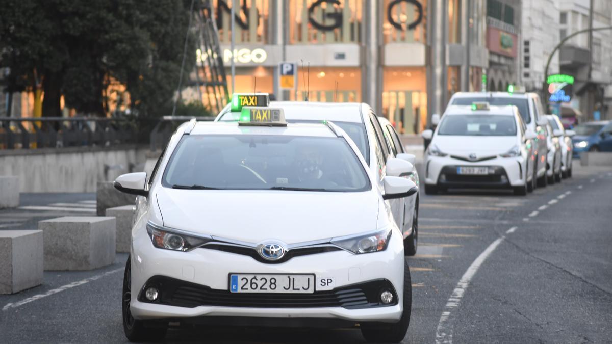 Taxis en la parada del Cantón en A Coruña. / Carlos Pardellas