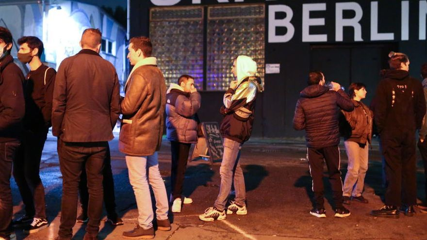 Varias personas, algunas sin mascarillas, en el exterior de un bar en Berlín.