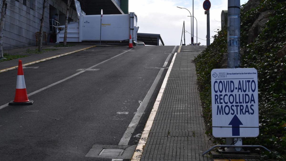 Acceso al Covid-Auto instalado junto al Hospital Universitario de A Coruña (Chuac).