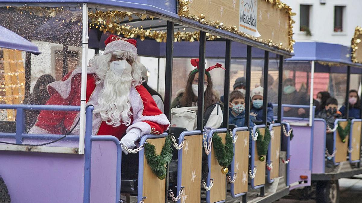 Un tren turístico, con Papá Noel a bordo, recorrió ayer las calles de Lalín.   | // BERNABÉ/ANA AGRA