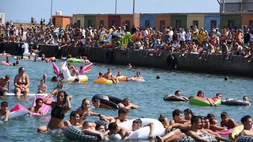 Las cucañas marítimas reúnen a cientos de personas en el Port de Sagunt