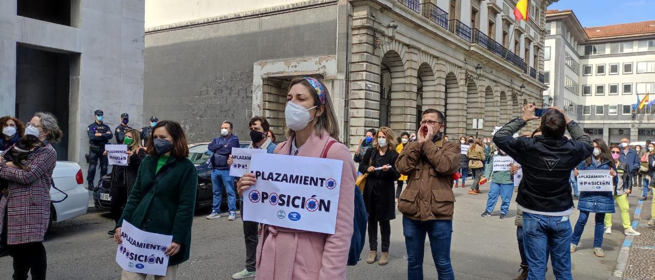 Profesores interinos concentrados en la Plaza de España de Oviedo