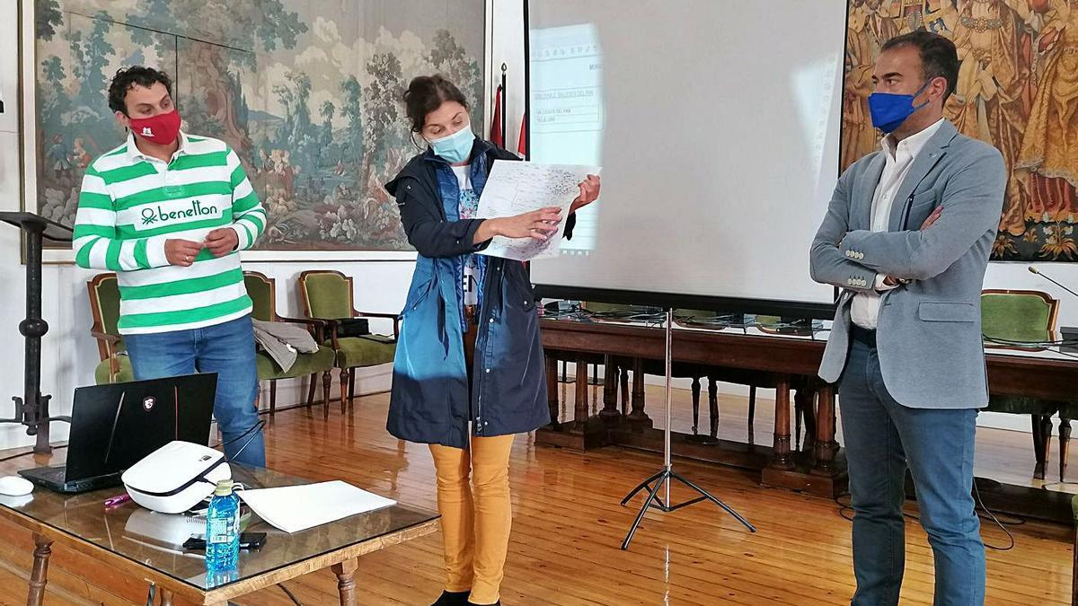 San Damián presenta el proyecto junto al alcalde de Toro y un responsable de la empresa. | M. J. C.