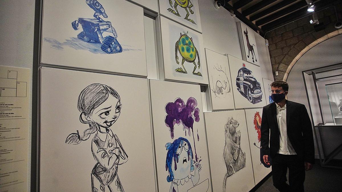 el procés creatiu del millor cinema d'animació, en l'exposició de Pixar al CaixaForum. 1 Un plafó amb dibuixos de diferents personatges de Pixar, en una de les primeres sales de la mostra. F  | MARC MARTÍ