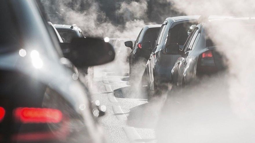 Francia estudia un impuesto de 50.000 euros a los coches más contaminantes