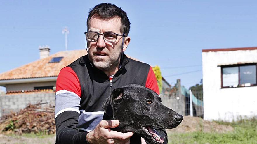 En su casa de Zamáns, con uno de sus perros. |  // JOSÉ LORES
