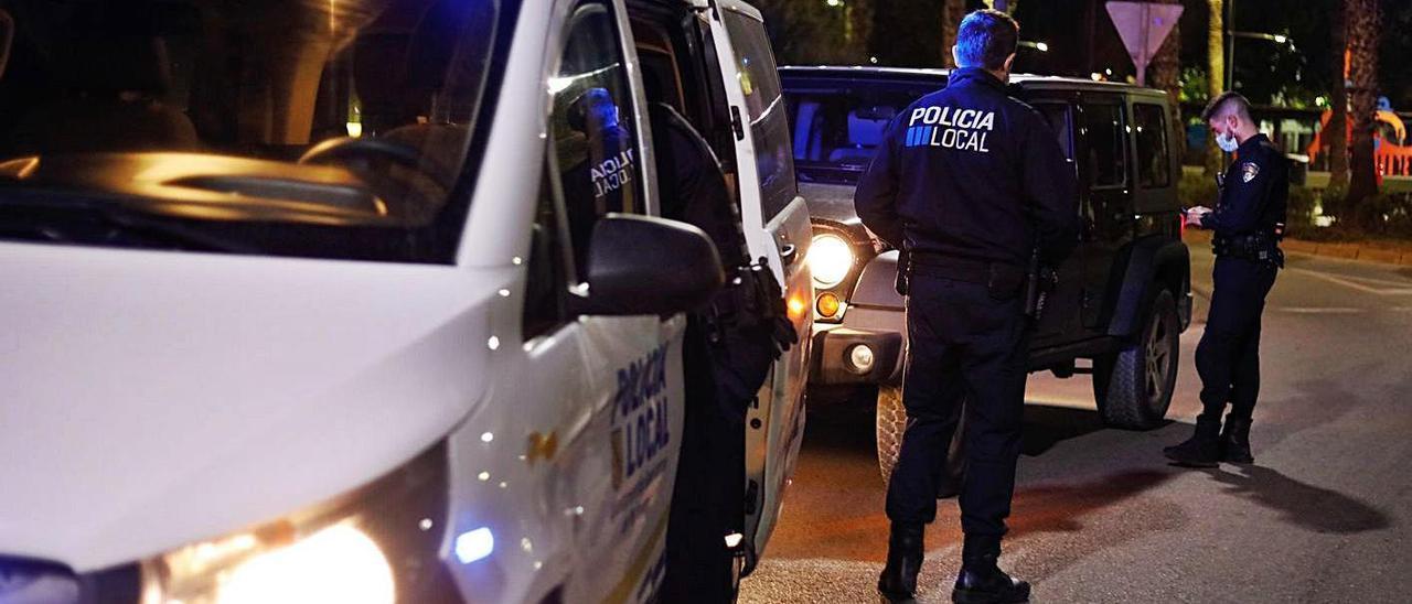 Agentes de la Policía Local de Sant Antoni durante un control del toque de queda.
