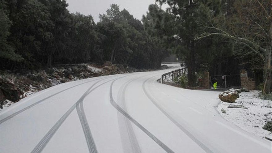 Cortan por segunda vez hoy un tramo de carretera en la Serra de Tramuntana por la nieve