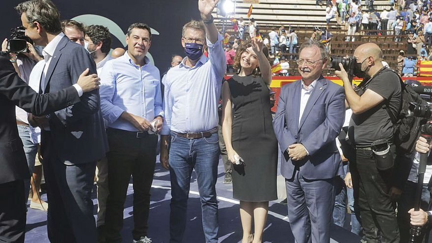 """Casado hace equilibrios para atraer a todo el voto """"a la derecha del PSOE"""""""
