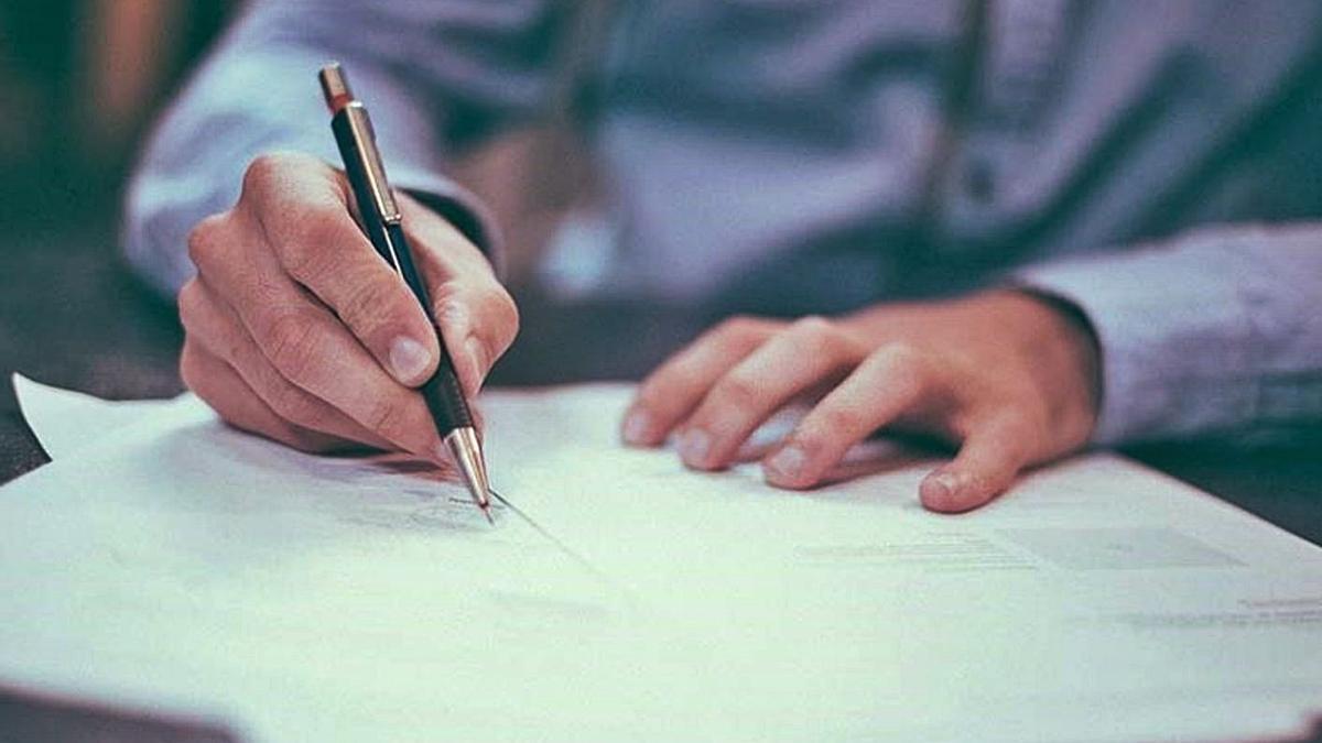 Un propietario durante la firma de una hipoteca. |   // E. P.