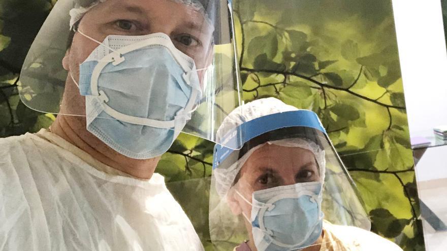Sanitarios y docentes prueban con éxito el sellado de las mascarillas quirúrgicas con el dispositivo de cierre patentado por ADEMA
