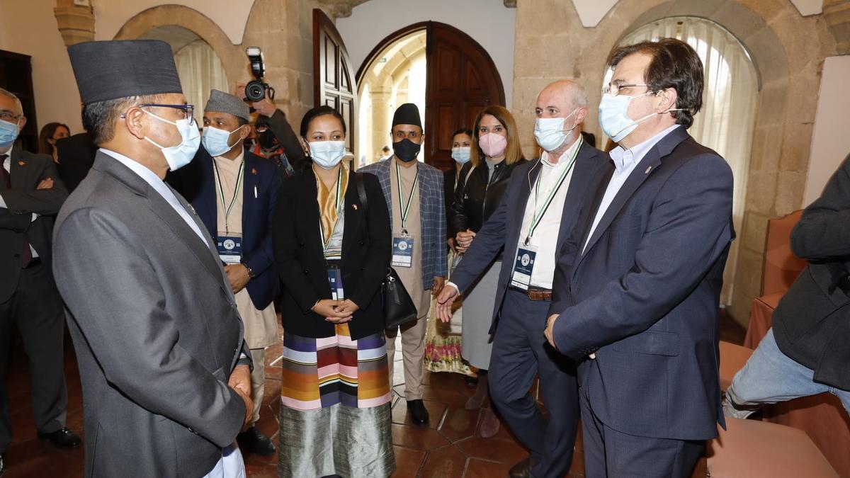 El presidente Guillermo Fernández Vara saluda a las autoridades de Lumbini, en el San Francisco
