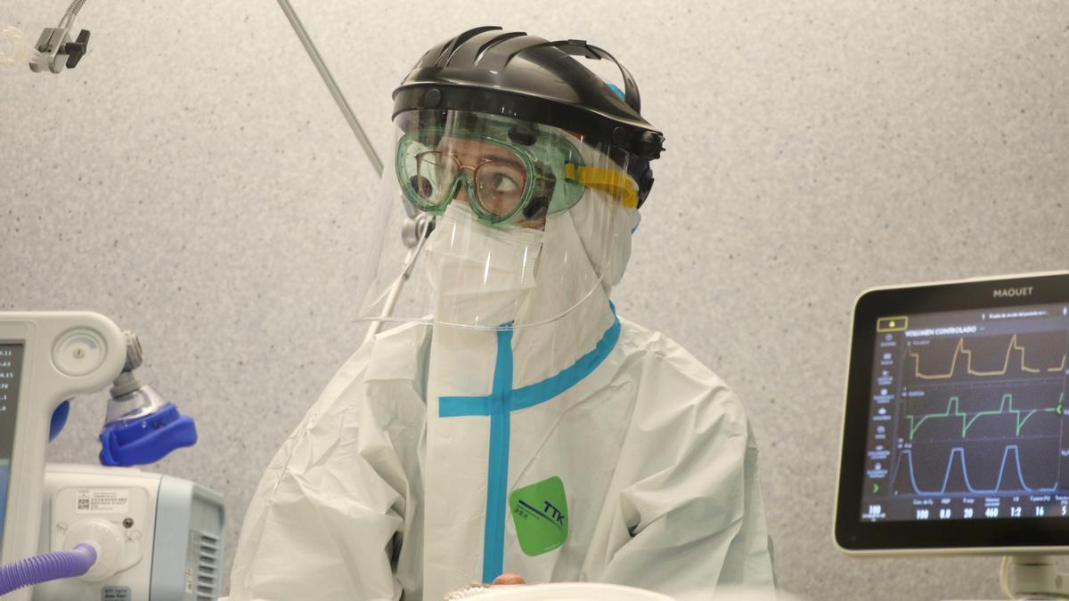 Una sanitaria, en su trabajo con los pacientes de la UCI del hospital Reina Sofía.