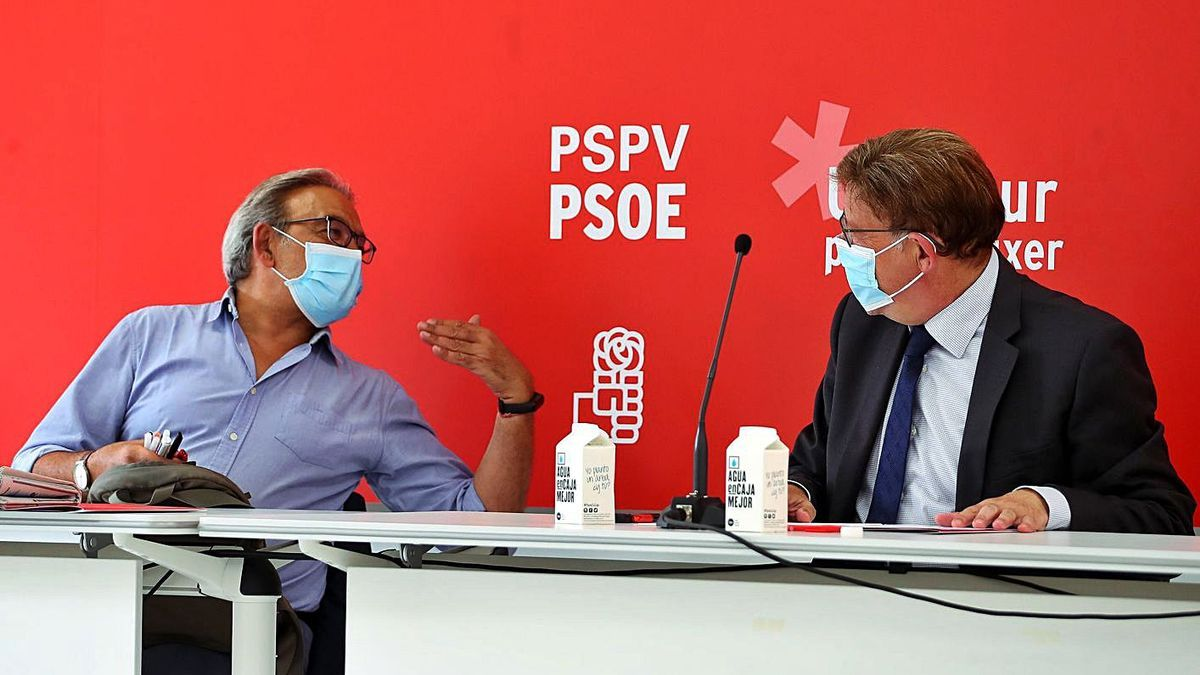 Manolo Mata y Ximo Puig conversan antes de la comisión ejecutiva de ayer. | F.CALABUIG