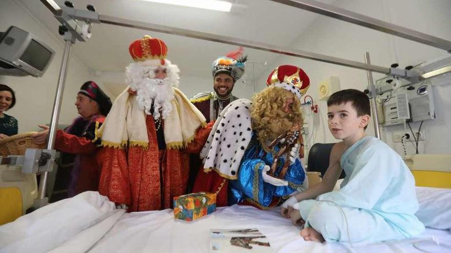 Los Reyes Magos entregan juguetes a los 22 niños ingresados en el hospital