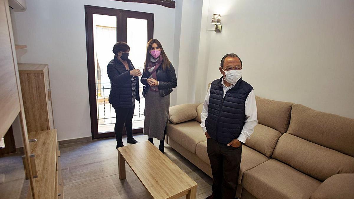 Soler y Sanchis en el salón de la vivienda cedida a Adiem, ayer en la visita al inmueble.  | PERALES IBORRA