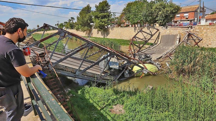 El Ayuntamiento empieza a retirar hoy la hormigonera que cayó al río