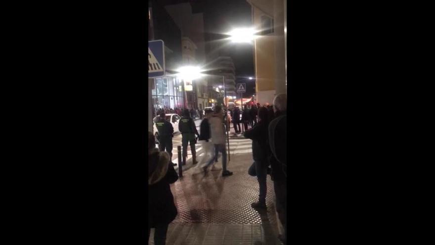 Simpatizantes de La Falange protestan contra la visita de Rufián en Crevillent