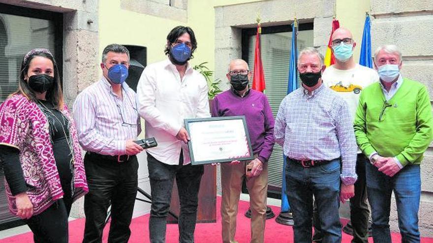 Los donantes de sangre premian al Consistorio llanisco