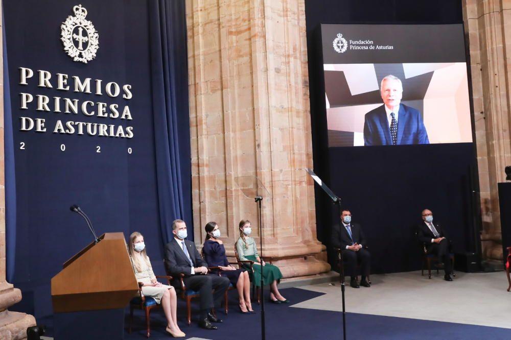 La Familia Real sigue el mensaje grabado de Dani Rodrik, en pantalla.
