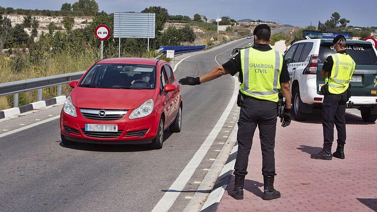 Control de la Guardia Civil en la entrada de Benigànim durante el confinamiento del municipio. | PERALES IBORRA
