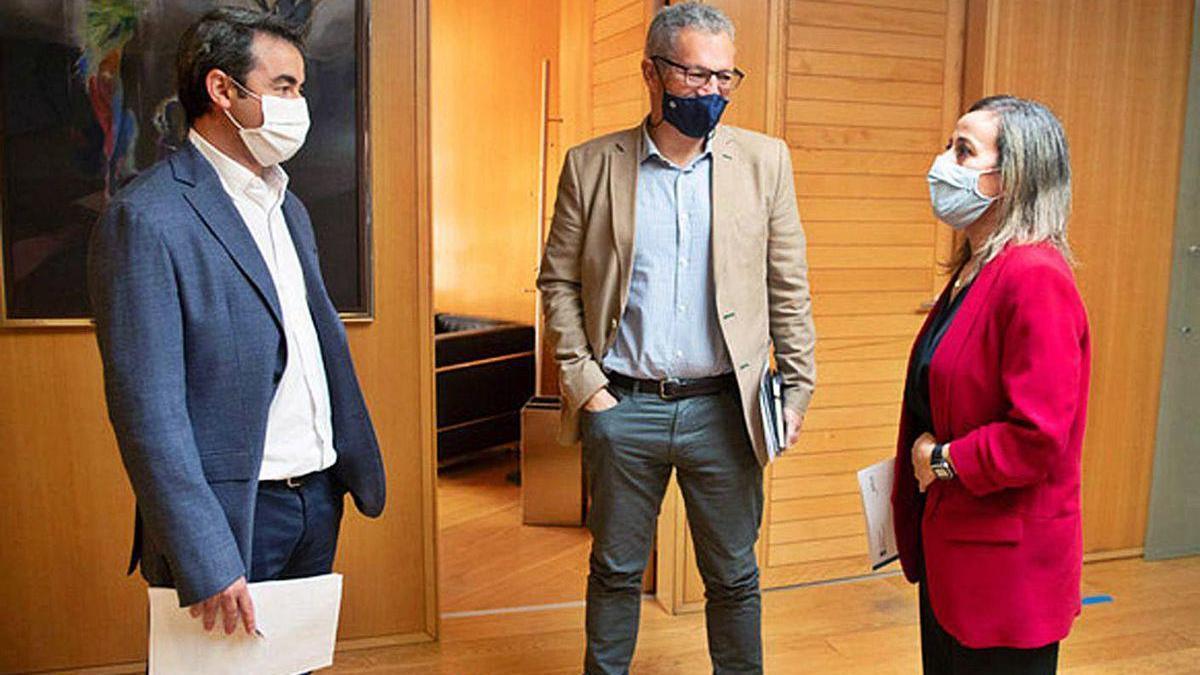 Juan Vidal, Ignacio Maestro y Ethel Vázquez, ayer en la sede de la consellería.