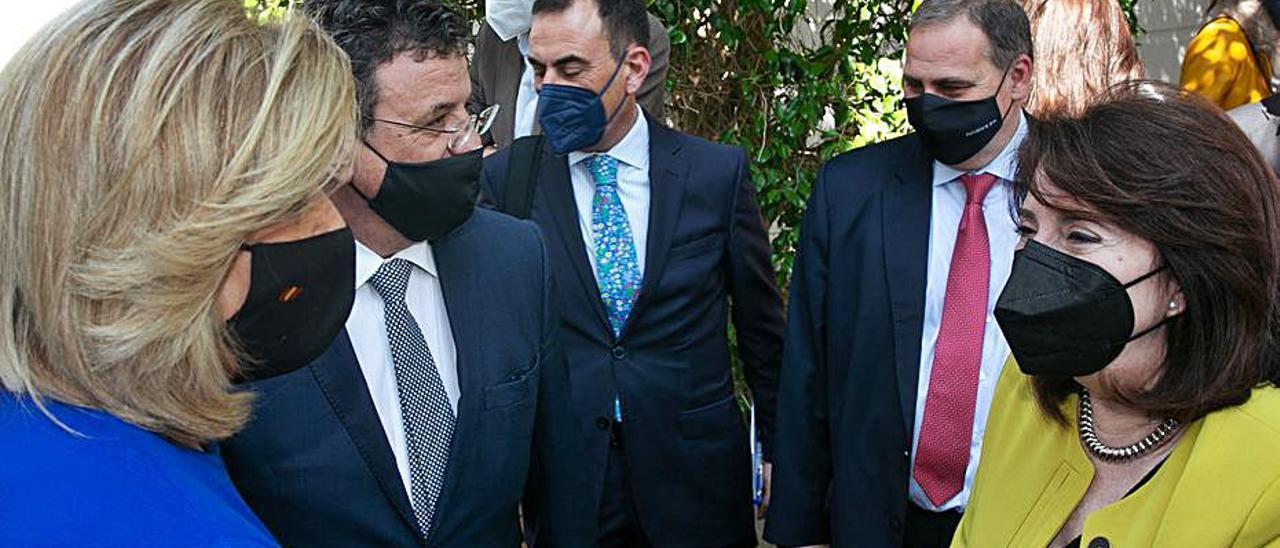 Báñez, con Toni Cabot, Juan Ramón Gil y Amparo Navarro.   RAFA AJONES.