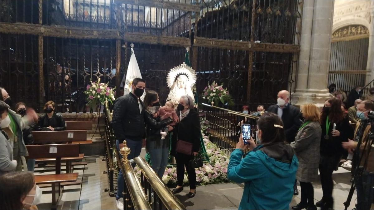 Veneración de la Virgen de la Esperanza, esta mañana.