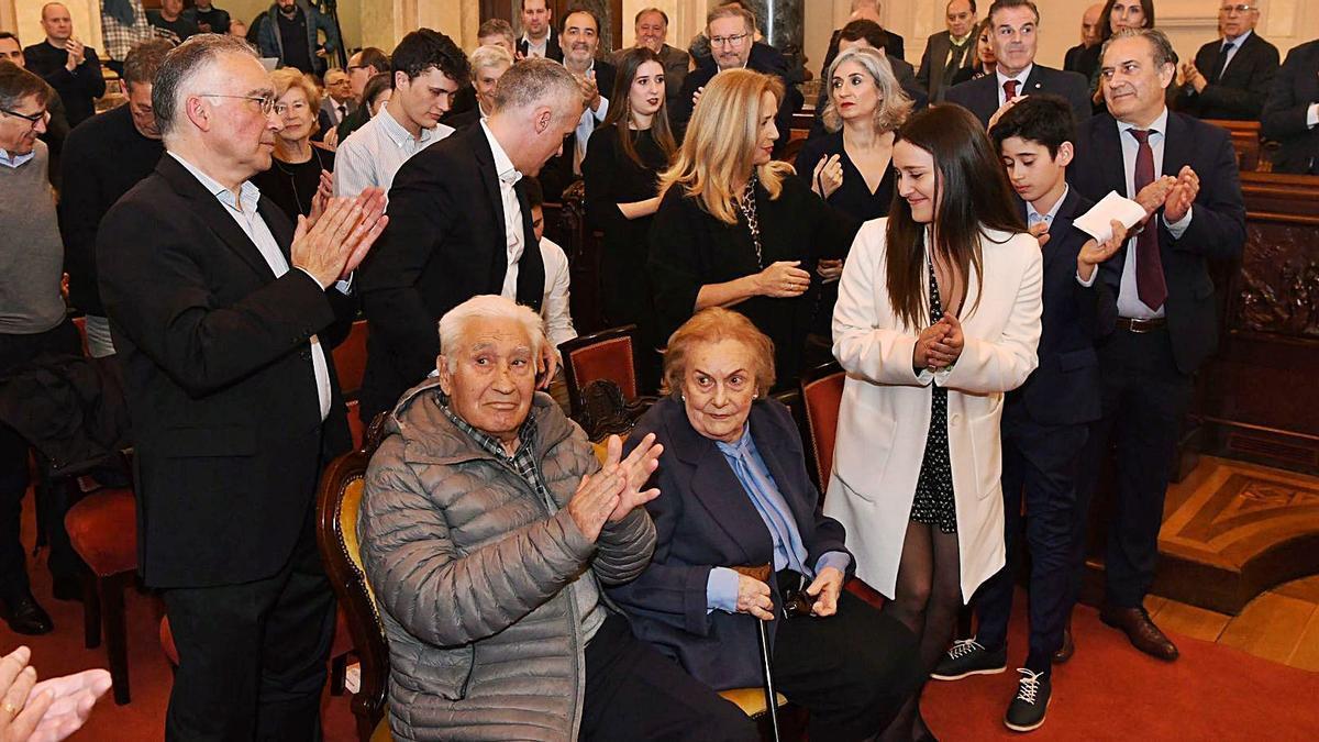 Arsenio Iglesias, con su esposa y parte de su familia, el pasado 6 de marzo el María Pita.    // VÍCTOR ECHAVE