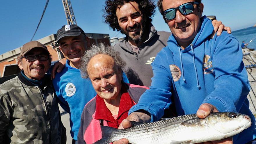 Una familia que es la caña: los cinco hermanos que compiten por emular a su padre, un conocido pescador asturiano