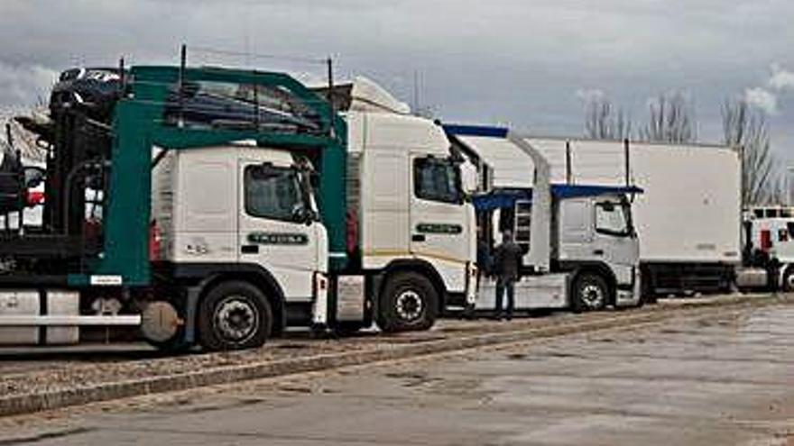 Camiones estacionados en el Centro de Transportes.