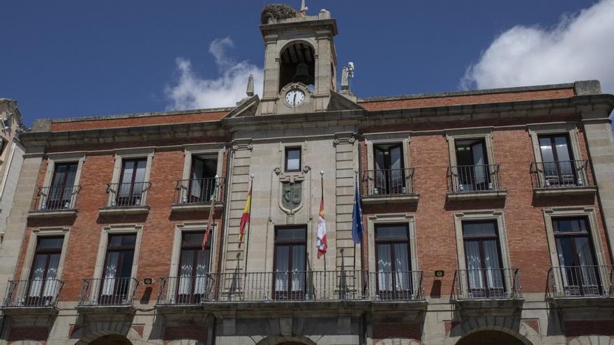 El Ayuntamiento de Zamora se tiñe de azul por el Día de la Neumonía