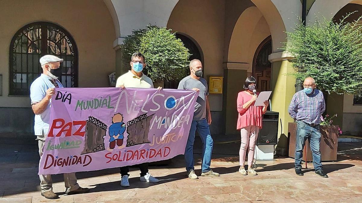 La concejala Sara Fernández Braña lee el manifiesto en el acto celebrado en Langreo. | E. P.