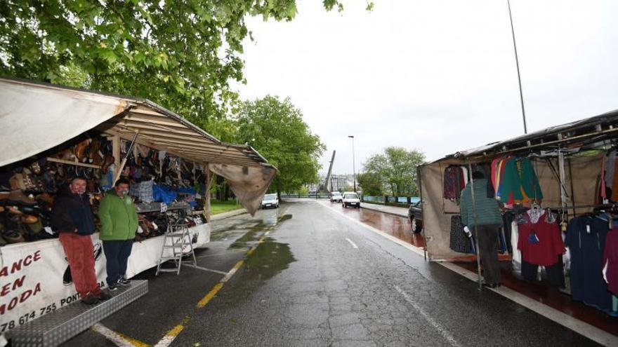 """Los ambulantes piden el traslado al centro en una jornada bajo mínimos: """"Damos pena"""""""